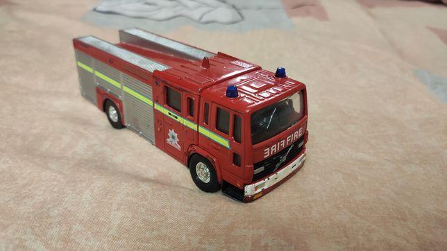 Модель пожарная машина CORGI Volvo Fire Engine 1.43 полностью меалл