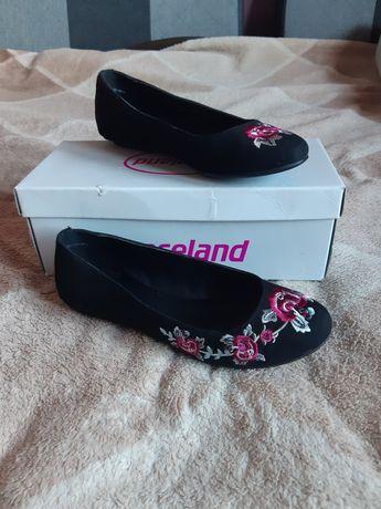 Buty z haftowanymi kwiatami