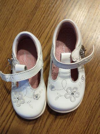 Pantofelki r 21 Białe