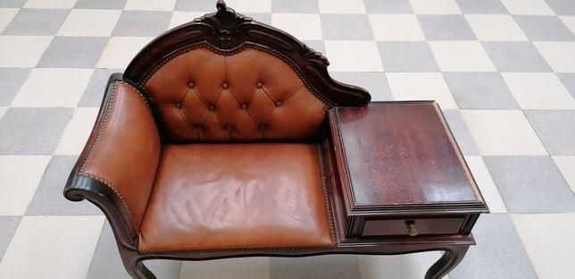 Banco com mesa para telefone e gaveta.