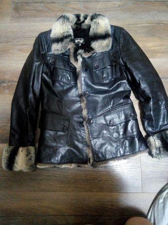 Шкіряна курточка з натурального хутра.