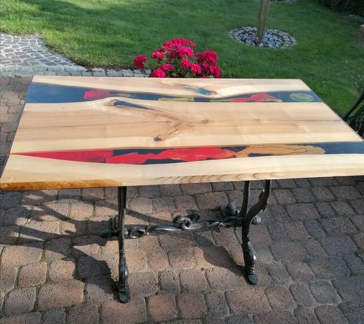 Stół z żywicy epoksydowej i drewna
