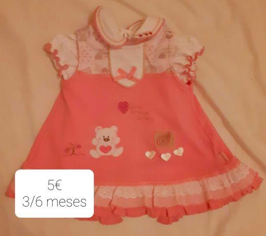 Vários vestidos de bebé