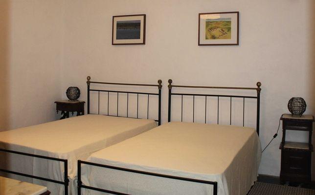 Vendo quatro camas de ferro com estrado e colchão como novos.