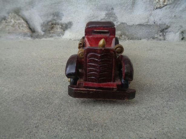 Carro em mniniatura, em madeira feito a mão.