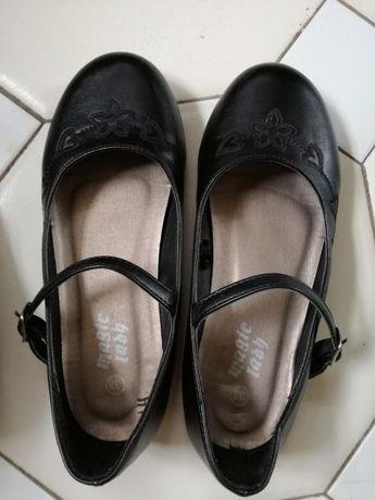 Sprzedam dziewczęce czarne buciki w stanie dobrym