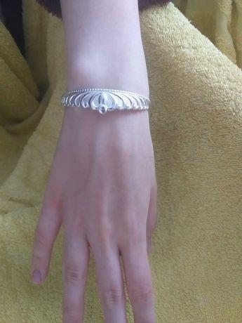 Bransoletka metalowa w kolorze srebrnym