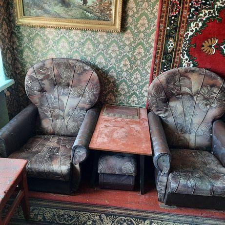 Продам три шкафа и два кресла