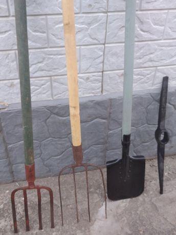 лопата,вилы копальные,кирка большая.