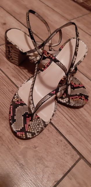 Sandałki na obcasie wężowy wzór H&M