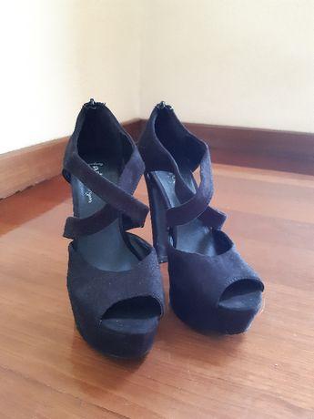 Sandálias de Salto Alto Pretas c/ Tiras