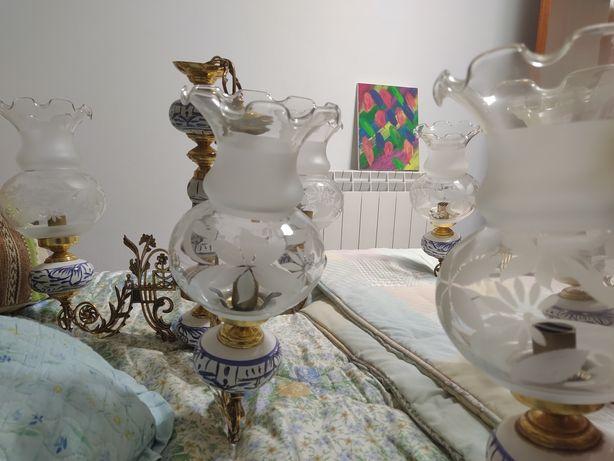 Candeeiro com peças em porcelana.