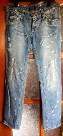 Nowe jeansy z przetarciami d&g z kryształkami