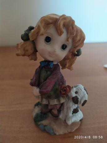 Figurka dziewczynki z psem.