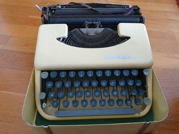 Máquina de escrever antiga com mala