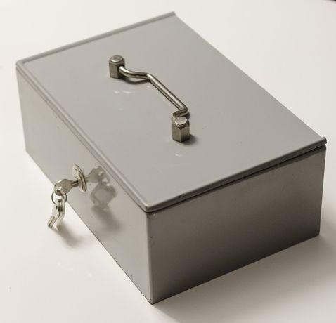 Kaseta metalowa z zamykanymi przegrodami wewnętrznymi