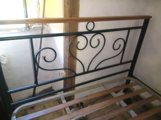 Cama de casal em ferro e madeira
