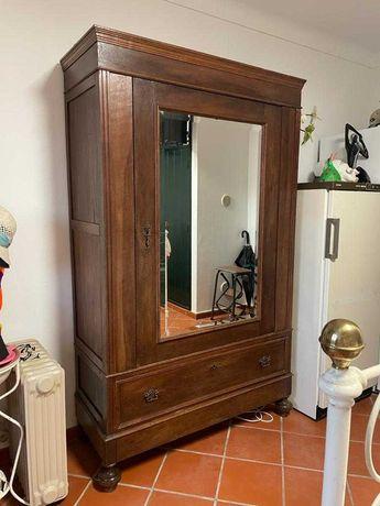 Roupeiro antigo com espelho de cristal biselado