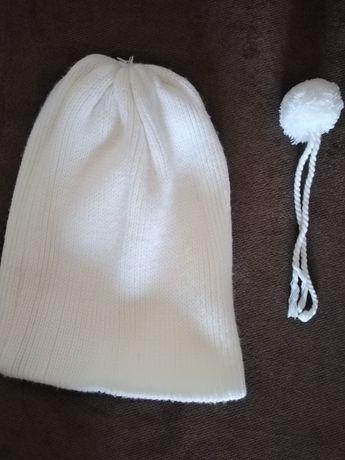 Продам белую вязанную шапку