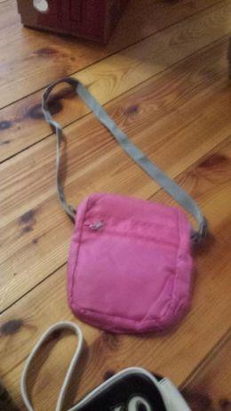 Mała różowa torebka na pasku.