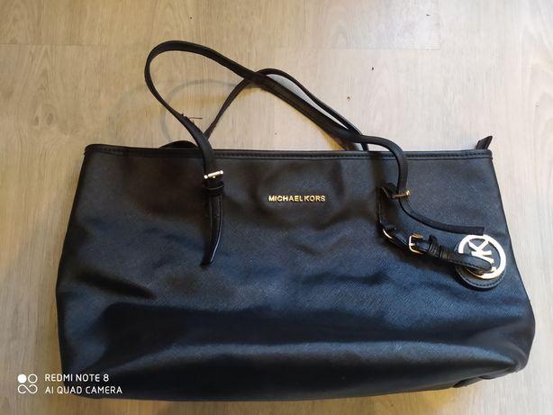 Czarna torebka rozmiar