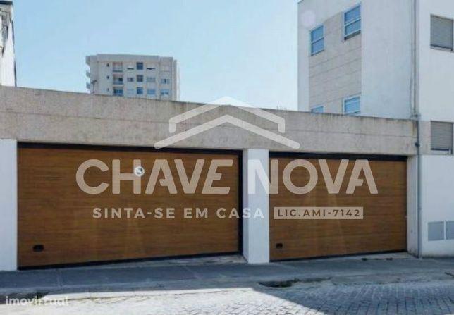 Moradia T4 c/ garagem e terraço - junto à Avenida Fernão Magalhães