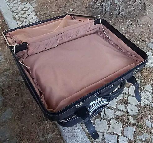 Duas malas de viagem.