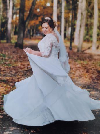Весільне плаття  з діадемою і кільціми