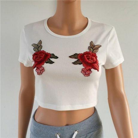 biala koszulka z krotkim rekawem z rózami w roze croptop t-shirt bialy