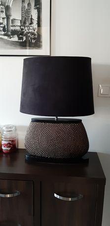 Złota lampa stołowa