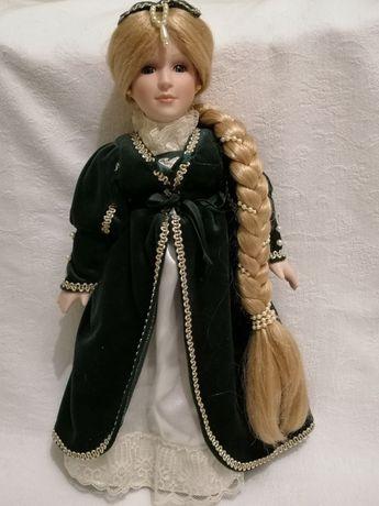 Порцелянова лялька звати Рапунцель.