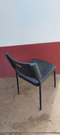 Cadeiras em ferro e plástico