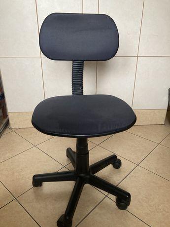 Fotel biurowy na kółkach z regulacją wysokosci