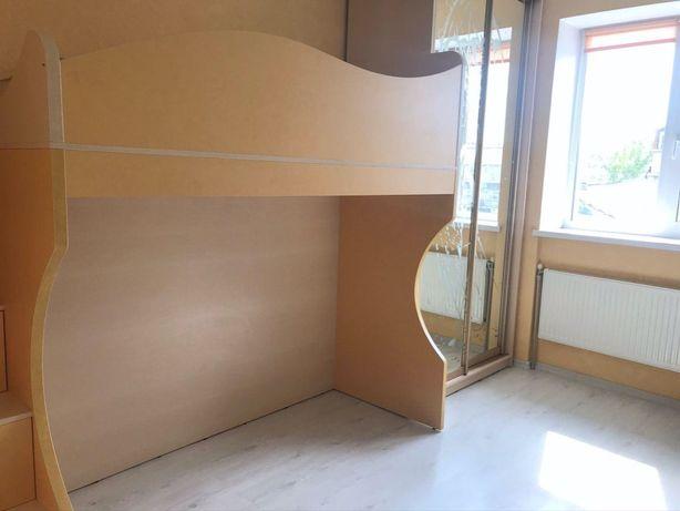 Комплект в детскую комнату кровать + шкаф + письменный стол + полки