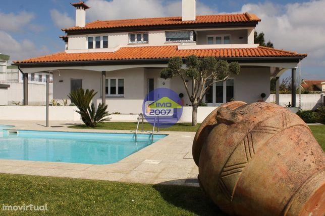 Moradia 4 frentes com piscina e grande jardim