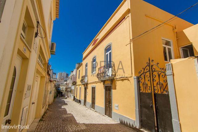 Moradia constituída por 2 pisos tem um terraço no centro de Portimão