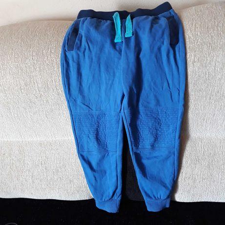 Dlugie spodnie 122 chłopięce 5.10.15 granatowe cienkie dresowe