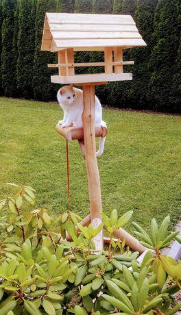 Nowy duży karmnik dla ptaków z drewna na nodze