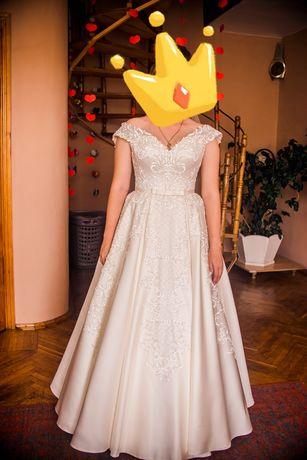 Весільна сукня та фата