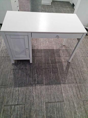 Sprzedam biurko Hemnes zakupione w Ikea. Kryształowe gałki, drewno.