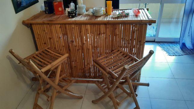 balcao em bambu com 2 cadeiras