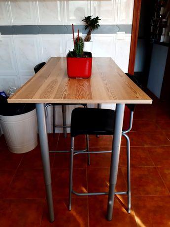 Mesa e 2 cadeiras altas