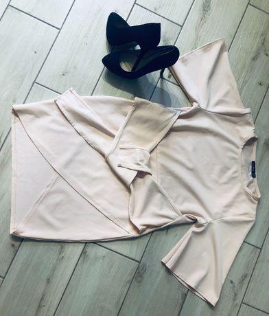 Женское платье цвета пудры.
