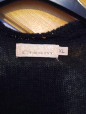 Czarny przedłużany sweter z oryginalnymi piórami