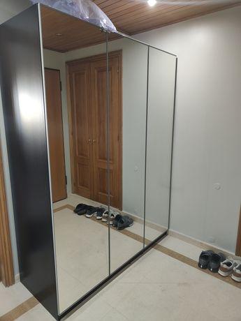Roupeiro Pax do ikea com portas espelhadas