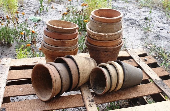 Stare gliniane/rustykalne doniczki w stylu vintage