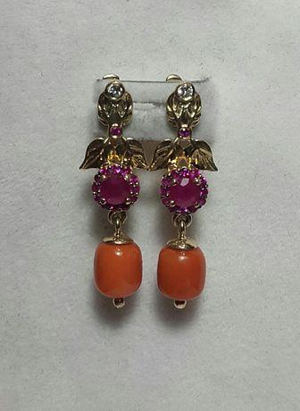 Золотые серьги с натуральным бриллиантом, рубинами,и кораллом.