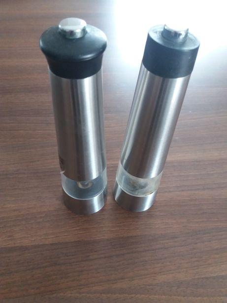 Elektryczne młynki do soli i pieprzu na baterie AAA małe paluszki.