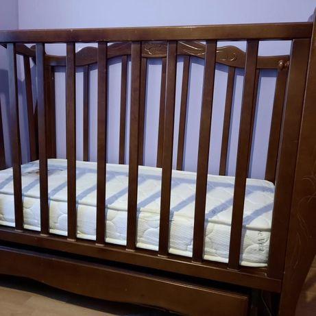 Дерев'яне дитяче ліжечко з матрацом