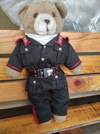Медведь в форме. игрушечный мягкий